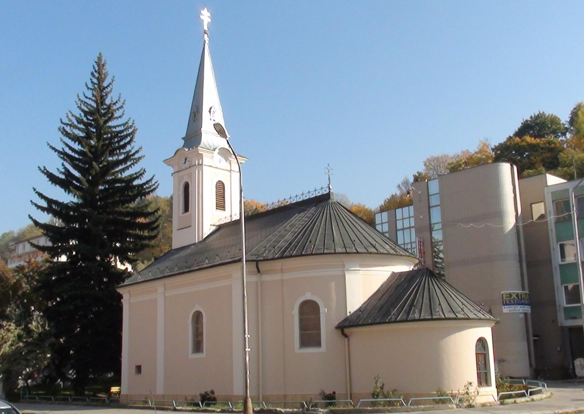 63d5cead9 Kaplnka bola postavená v dobe ustupujúceho baroka. Jej vzorom bol jezuitský  kostol na námestí. Základný kameň bol položený 26. apríla 1767 a už 26.  júla ...